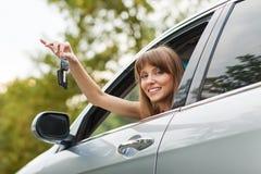白种人汽车司机妇女微笑 免版税库存图片