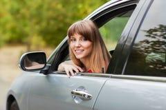 白种人汽车司机妇女微笑 免版税图库摄影