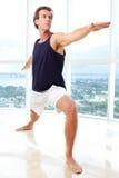 白种人男性做的瑜伽战士姿势 免版税库存照片