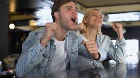 白种人男性和女性高兴的给上流五,爱好者夫妇的队胜利 股票视频