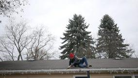 白种人男性宽射击在大农场清洗他的天沟的家屋顶的 股票视频