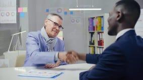 白种人男性握手的退休者 股票视频