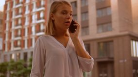 白种人白肤金发谈话由机动性在镇里 影视素材