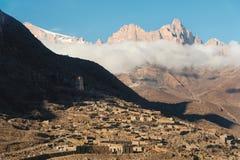白种人结算天数highmountains山10月俄国星期日 晃动在上部Balkaria的Likoran在云彩 秃头山冬天风景  库存图片