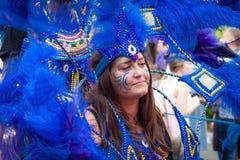 白种人街道舞蹈家获得乐趣在London's诺丁山狂欢节 免版税库存图片
