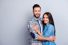 白种人,可爱,有吸引力的夫妇-有胡子的人e画象  免版税库存图片
