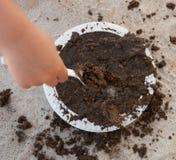 使用用泥饼的孩子 库存照片