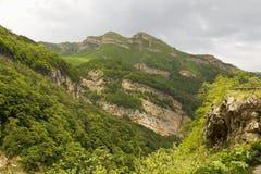 白种人登山人山疲乏的冬天 5月在卡巴尔达-巴尔卡里亚 2008 4月3280日上生高加索北部峰顶土坎岩石俄国 免版税库存照片