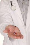 白种人医生With提供援助的Medication在手中  免版税库存照片
