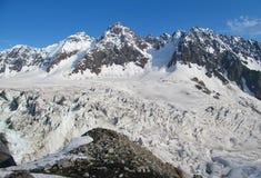白种人结算天数highmountains山10月俄国星期日 库存图片