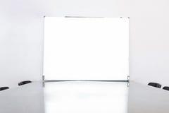 白空的委员会在会议室 免版税库存照片