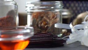 白米面条、红色醋和柠檬香茅在石头 亚洲烹调 录影 影视素材