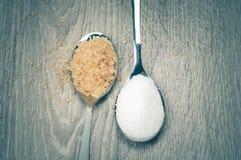白糖和红糖和匙子 库存照片
