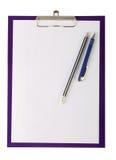 白纸、笔和木铅笔片断在剪贴板 库存照片