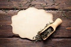 白纸卡片和茶干叶子  免版税库存图片