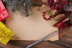 白纸和圣诞节装饰 免版税库存照片