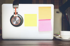 白纸和棍子纸摘要在膝上型计算机 纸笔记拷贝空间,设计在广告可能也输入文本 库存照片