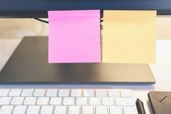白纸和棍子纸摘要在膝上型计算机 纸笔记拷贝空间,设计在广告可能也输入文本 免版税图库摄影