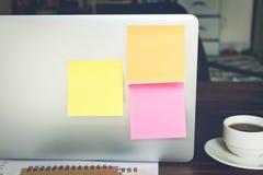 白纸和棍子纸摘要在膝上型计算机 纸笔记拷贝空间,设计在广告可能也输入文本 免版税库存照片