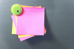 白纸和棍子纸摘要在门 与磁铁的纸笔记拷贝空间,设计在广告可能也输入文本 免版税库存图片
