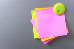 白纸和棍子纸摘要在门 与磁铁的纸笔记拷贝空间,设计在广告可能也输入文本 库存图片