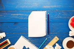白纸和铅笔,咖啡,杏仁,樱桃顶视图和  免版税库存照片
