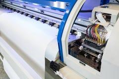 白纸在大打印机格式喷墨机机器的卷和墨水电路工业企业的 免版税库存图片