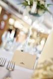 白纸在桌上的名字标签 免版税图库摄影