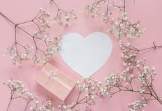 白纸心脏卡片和礼物盒有精美littl框架的  免版税图库摄影