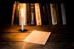 白纸板料在一张木桌上说谎 库存照片