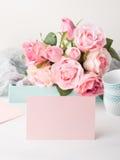 白纸桃红色卡片华伦泰` s天和玫瑰邀请 免版税库存照片