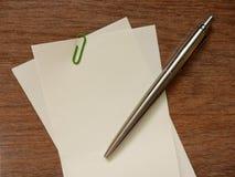 白纸笔记和笔(笔记空间) 免版税库存图片