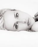 黑白美丽的妇女在床上 免版税库存图片