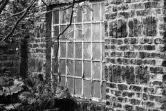 黑白老的窗口 图库摄影