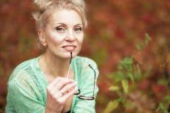 白肤金发一名年轻美丽的妇女的画象 免版税库存照片