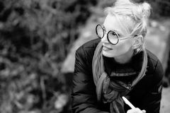 白肤金发一名年轻美丽的微笑的妇女的画象 库存图片