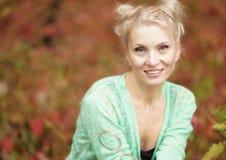 白肤金发一名年轻美丽的微笑的妇女的画象 免版税库存照片