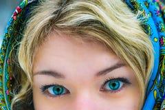 白肤金发俄国女孩的惊人的眼睛 免版税库存图片