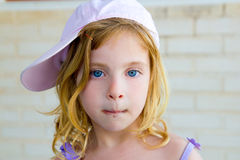 白肤金发儿童女孩打手势滑稽用巧克力 库存图片