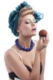 白肤金发吃女孩渴望的甜点对年轻人 库存照片