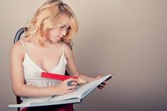 白肤金发女孩学习 免版税库存照片