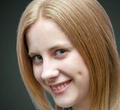 白肤金发女孩微笑 免版税库存图片