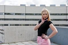 白肤金发女孩摆在 免版税库存图片