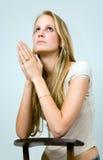 白肤金发女孩祈祷 库存图片