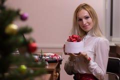 白肤金发女性工作在圣诞节的办公室 免版税库存图片