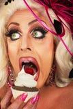 白肤金发妇女吃 免版税库存照片