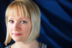 白肤金发妇女首肩的纵向 免版税库存照片