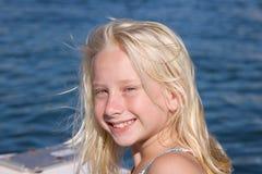 白肤金发小船女孩微笑 库存照片