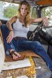白肤金发式样摆在与葡萄酒汽车 免版税库存照片
