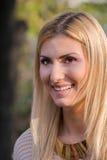白肤金发有吸引力妇女微笑 免版税图库摄影